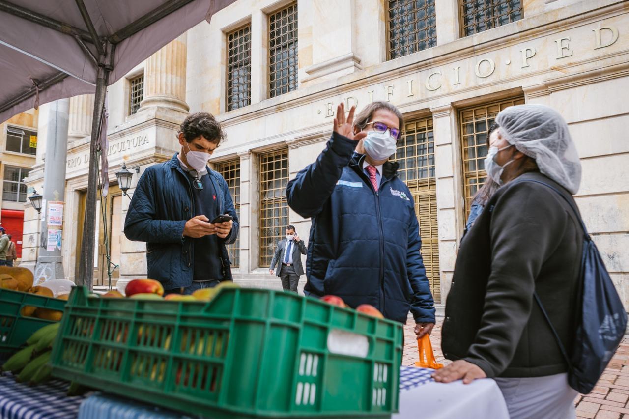 Foto minAgricultura Rodolfo Zea en el mercado campesino del 18 de noviembre web.jpeg